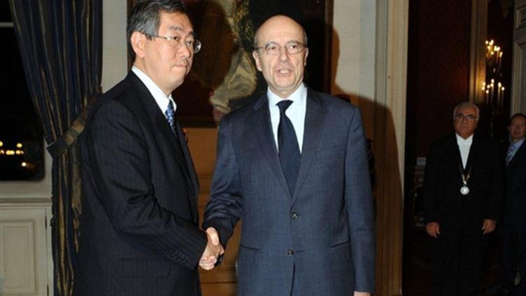 Alapin Juppé rencontrant à Paris le ministre des Affaires étrangères japonais Takeaki Matsumoto (AFP/Miguel Médina)