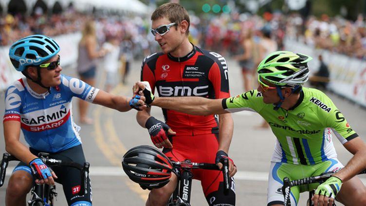 L'Américain de la Garmin Tom Danielson serre la main de l'Italien de la Cannondale Ivan Basso (CHRIS GRAYTHEN / GETTY IMAGES NORTH AMERICA)