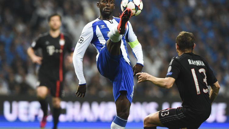 Jackson Martinez (Porto) s'impose devant Rafinha (Bayern Munich) (FRANCISCO LEONG / AFP)