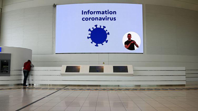 Un écran informe les clients de la galerie commerciale Atlantis sur les mesures à prendre pour se protéger de l'épidémie de coronavirus, le 14 mars 2020. Photo d'illustration. (FRANCK DUBRAY / MAXPPP)
