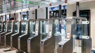 Les portes d'accès aux couloirs du métro sont fermées, à la Gare Saint-Lazare, à Paris, dimanche 17 décembre 2019. (MATHIEU MENARD / HANS LUCAS / AFP)
