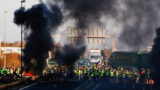 """Des """"gilets jaunes"""" bloquent le périphérique de Caen (Calvados), le 18 novembre 2018. (CHARLY TRIBALLEAU / AFP)"""