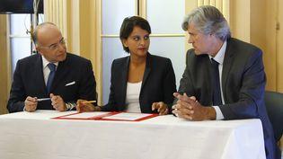 Les ministres de l'Education, Najat Vallaud-Belkacem, de l'Intérieur, Bernard Cazeneuve et de l'Agriculture, Stéphane Le Foll. (PATRICK KOVARIK / AFP)