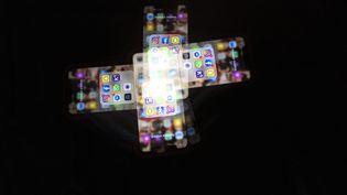 Un écran de smartphoneaffichantplusieurs applications de réseaux sociaux, pris avec une longue exposition. (ANTOINE WDOWCZYNSKI / HANS LUCAS / AFP)