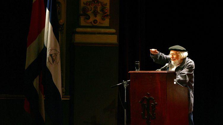 L'écrivain, prêtre et révolutionnaire nicaraguayen Ernesto Cardenal en mai 2006 lors d'un discours à l'Université du Cosat Rica. (MAYELA LOPEZ / AFP)
