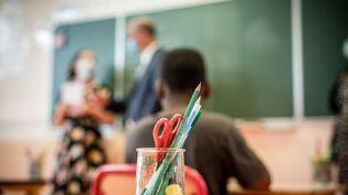 Une salle de classe à l'école Jacques Decour, à Montataire (Oise), le 21 août 2020. (NICHOLAS ORCHARD / HANS LUCAS / AFP)