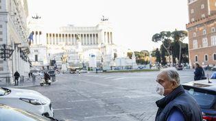 Un homme porte un masque contre le coronavirus Covid-19 sur la Piazza Venezia à Rome, en Italie, le 11 mars 2020. (RICCARDO DE LUCA / ANADOLU AGENCY / AFP)