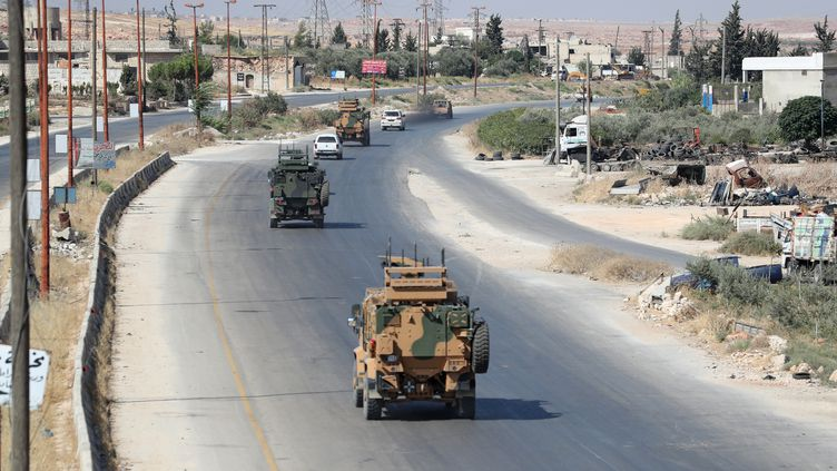 Des véhicules de l'armée turque sur une route syrienne. (OMAR HAJ KADOUR / AFP)