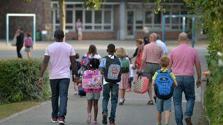 Des parents accompagnent leurs enfants à l'école, jeudi 1er septembre 2016, à Strasbourg (Bas-Rhin). (PATRICK HERTZOG / AFP)