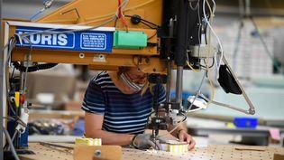 Fabrication de masques dans l'usine Saint-James, à Saint-James (Manche), le 22 avril 2020. (DAMIEN MEYER / AFP)