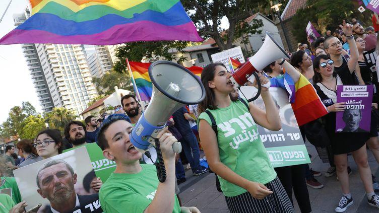 Des membres de la communauté LGBT lors d'une manifestation pour réclamer la démission duRafi Peretz, le 14 juillet 2019, àTel-Aviv. (JACK GUEZ / AFP)