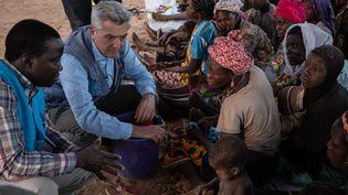 Le Haut-Commissaire de l'ONU pour les réfugiés, Filippo Grandi, lors de sa rencontre avec des déplacés au Burkina Faso, le 2 février 2020. (OLYMPIA DE MAISMONT / AFP)