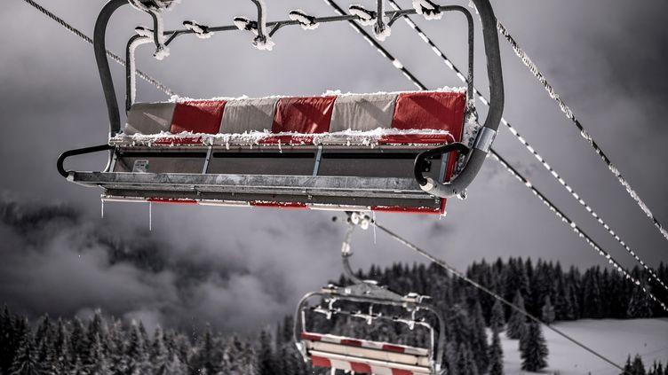 Des remontées mécaniques vides dans la station d'Avoriaz (Haute-Savoie), le 11 février 2021. (JEFF PACHOUD / AFP)