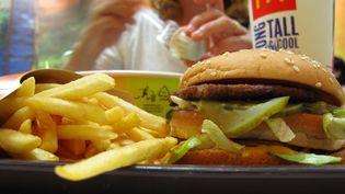 Un repas dans un fast food (photo d'illustration). (PHILIPPE TURPIN / MAXPPP)