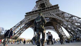 Un militaire patrouille à la tour Eiffel, le 15 novembre 2015. (FRANCOIS GUILLOT / AFP)