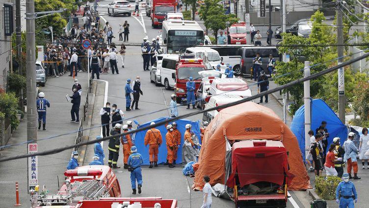 Des secouristes et des enquêteurs interviennent sur les lieux d'une attaque au couteau à Kawasaki (Japon), le 28 mai 2019. (KYODO / REUTERS)