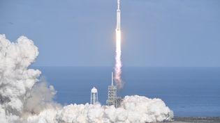 Le décollage de la fusée SpaceX Falcon Heavy, le 6 février 2018, àCape Canaveral en Floride. (JIM WATSON / AFP)