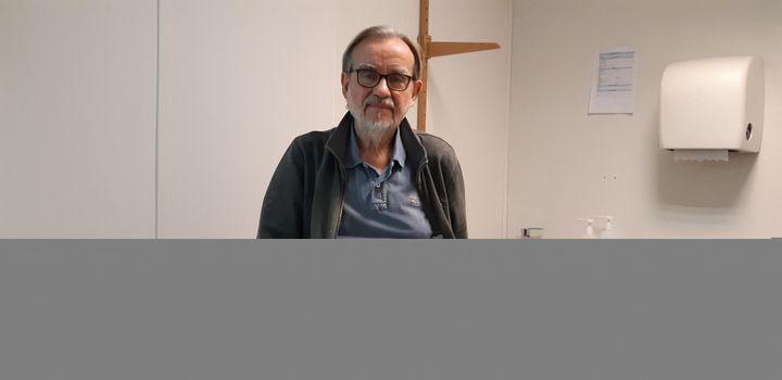 Le Dr François Bournérias, médecin bénévole au centre d'accueil de Médecins du Monde dans le XIIe arrondissement de Paris. (BENJAMIN  ILLY / FRANCE-INFO)