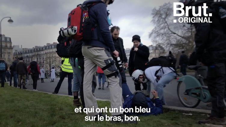 """VIDEO. """"J'avais pas envie de rester les bras croisés à les regarder s'en prendre plein la gueule"""", témoigne un street medic (BRUT)"""