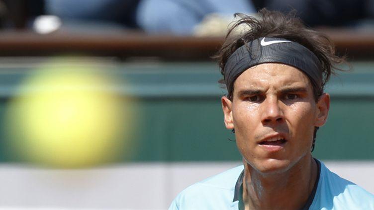 Rafael Nadal fixe la balle (KENZO TRIBOUILLARD / AFP)