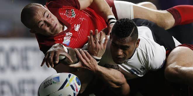 Mike Brown vient empêcher le Fijdien Nikola Matawalu d'inscrire le premier essai fidjien