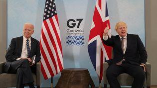 Le président américain, Joe Biden (à gauche), et le Premier ministre britannique, Boris Johnson, à Carbis Bay, en Angleterre, à la veille du G7, le 10 juin 2021. (ANDREW PARSONS / DOWNING STREET/ PO / ANADOLU AGENCY / AFP)