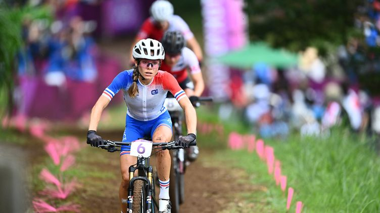 Loana Lecomte, 6e de l'épreuve de VTT cross-country des Jeux olympiques de Tokyo, le 27 juillet 2021. (JASPER JACOBS / BELGA MAG / AFP)