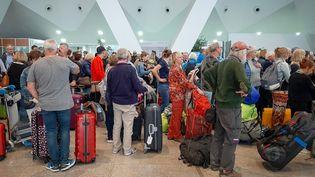 Des passagers attendent leurs vols à l'aéroport de Marrakech, le 15 mars 2020. (- / AFP)