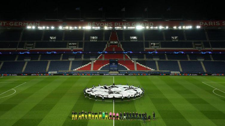 Les joueurs du PSG et du Borussia Dortmund avant le match de 8e de finale de la Ligue des Champions au parc des Princes, à Paris, le 11 mars 2020. (GETTY / UEFA / AFP)