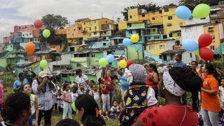 Les habitants d'El Pelebre célèbrent l'inauguration de la fresque de Tarik Bouanani.  (JOAQUIN SARMIENTO / AFP)