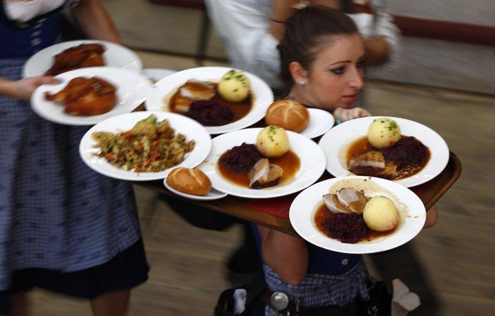 Une serveuse apporte les plats pendant l'Oktoberfest, le 28 septembre 2012, à Munich (Bavière, Allemagne). (MICHAELA REHLE / REUTERS )