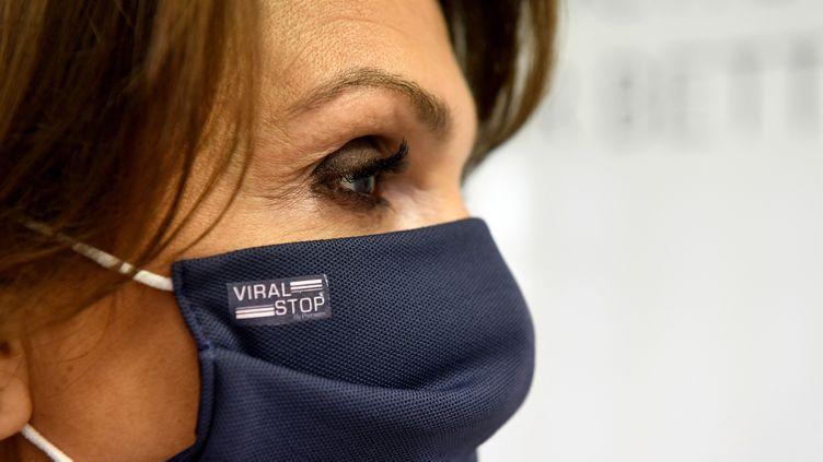 """Le masque """"Viras stop"""", de la start-up Proneem, est imprégné d'un traitement virucide. (NICOLAS TUCAT / AFP)"""