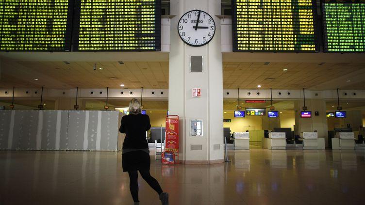 Une passagère dans l'aéroport de Malaga, en Espagne, le 4 décembre 2010. (JON NAZCA / REUTERS)