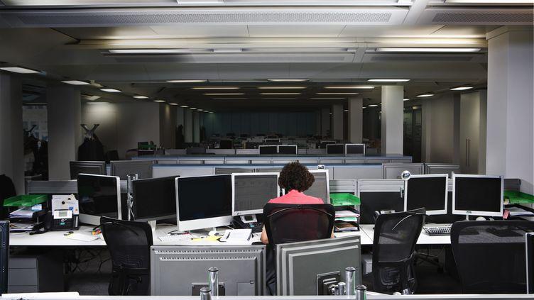 En France, certaines entreprises pratiquent déjà la semaine de quatre jours, et le jour chômé n'est pas toujours le même pour tous.  (FIONA JACKSON-DOWNES / CULTURA RF / GETTY IMAGES)