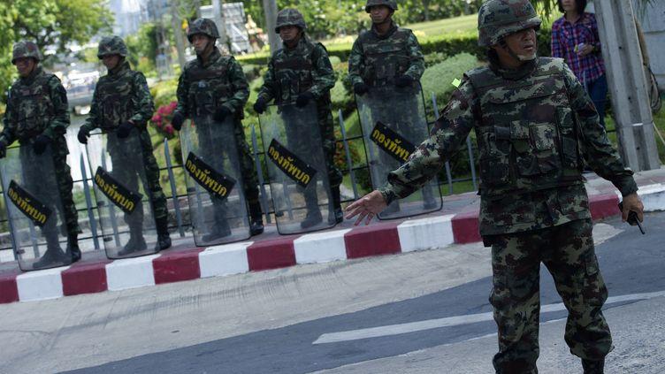 Des soldats thaïlandais montent la garde devant un bâtiment de l'armée à Bangkok (Thaïlande), le 23 mai 2014, au lendemain d'un coup d'Etat. (PORNCHAI KITTIWONGSAKUL / AFP)