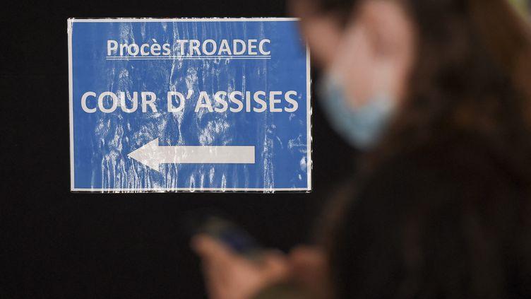 """Un panneau indiquant le chemin de la cour d'assises au deuxième jour du procès de l'""""affaire Troadec"""",au palais de justice de Nantes, le 23 juin 2021 (SEBASTIEN SALOM-GOMIS / AFP)"""