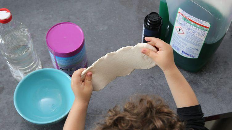 """Illustration d'une pâte """"slime"""" fabriquée de manière artisanale. (JEAN-FRAN?OIS FREY / MAXPPP)"""