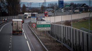 Des camions sur la rocade de Calais (Pas-de-Calais), le 2 février 2017. (PHILIPPE HUGUEN / AFP)