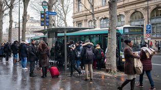 Un bus circule à Paris, le 9 décembre 2019. (SEVERINE CARREAU / HANS LUCAS / AFP)