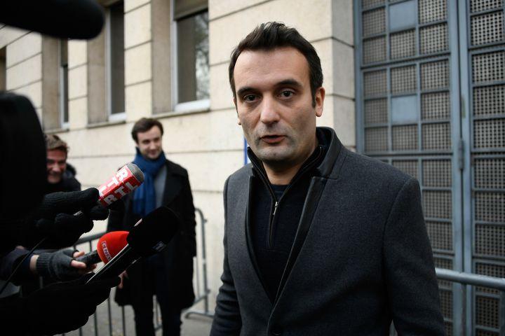 """FlorianPhilippot sort du commissariat où le leader des """"gilets jaunes"""" Eric Drouet est détenu, le 3 janvier 2019, à Paris. (LIONEL BONAVENTURE / AFP)"""