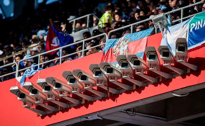 Des caméras de surveillance au stade moscovite du Spartak, samedi 16 juin, lors de la rencontre entre l'Argentine et l'Islande. (THOMAS EISENHUTH / GES-SPORTFOTO / AFP)