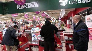 Des clients font leurs courses dans un supermarche Casino ouvert 7 jours sur 7 et 24 heures sur 24 à Montpellier (Hérault). (MAXPPP)