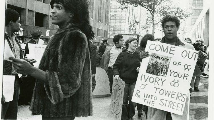 Marsha P. Johnson distribue des tracts, en 1970, en soutien aux étudiants gays de la New York University. (DIANA DAVIES / NYPL / REUTERS)