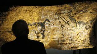 La scène du puits, l'une des fresques reproduites pour l'exposition Lascaux, ici à Paris en mai 2015  (PATRICK KOVARIK / AFP)