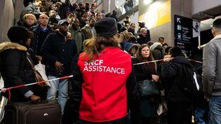 A la Gare du Nord, à Paris, le 9 décembre 2019, en pleine grève contre la réforme des retraites. (JEROME GILLES / NURPHOTO / AFP)