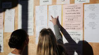 Des lycéensconsultent les résultats du baccalauréat, à La Possession (La Réunion), en 2016. (RICHARD BOUHET / AFP)