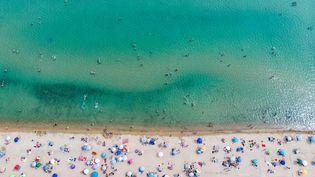 Une vue aérienne de la plage de Potamos, à Epanomi, en Grèce, après sa réouverture le 16 mai 2020, en pleine vague de chaleur. (NICOLAS ECONOMOU / NURPHOTO / AFP)
