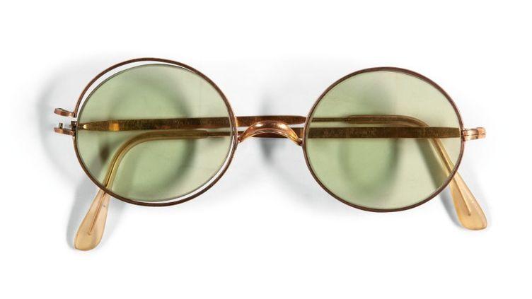Les lunettes de soleil de John Lennon de 1968 mises en vente en ligne chez Sotheby's du 6 au 13 décembre 2019. (SOTHEBY'S)