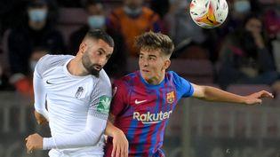 Le Barça bute sur le Grenade de Maxime Gonalons au Camp Nou (1-1). (LLUIS GENE / AFP)