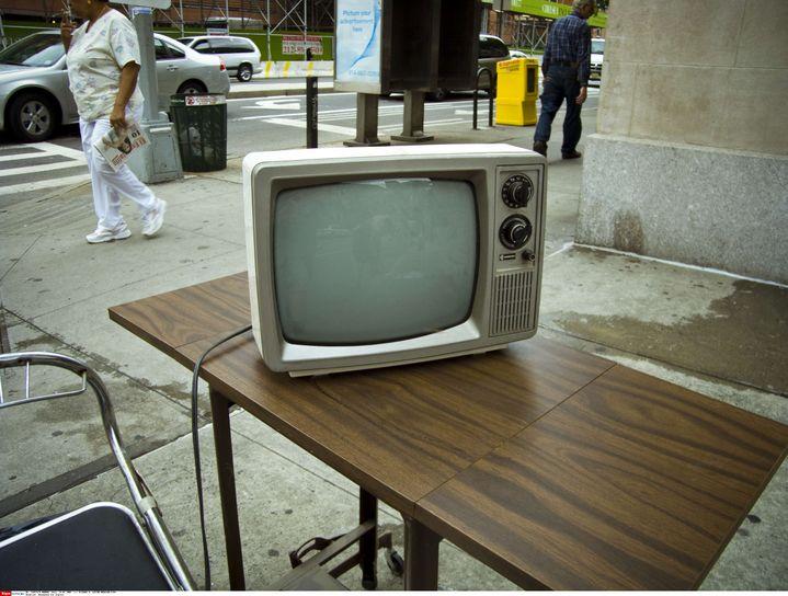 Une télévision cathodique attend d'être ramassée par les éboueurs, à New York (Etats-Unis), le 24 juillet 2009. (RICHARD B. LEVINE / NEWSCOM / SIPA / SIPA USA)